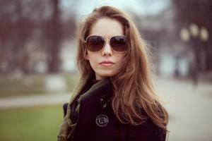 ung kvinna i ett snyggt mode solglasögon foto