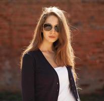 söt liten flicka som bär solglasögon foto
