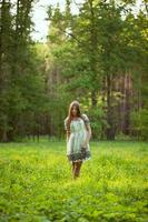 vacker flicka bland de vilda blommorna foto