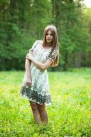 flicka står mitt på en gräsmatta foto