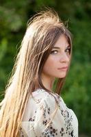 vacker flicka med långt mörkt hår foto