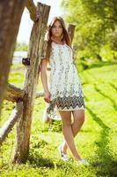 vacker tjej i sommarklänning foto