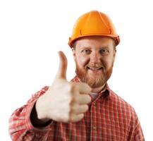 man i en skyddande konstruktionshjälm foto