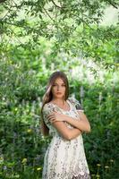 vacker flicka bland ängsblommorna foto