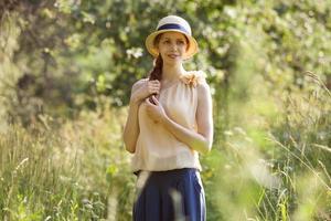 vacker glad kvinna bland det höga gräset foto