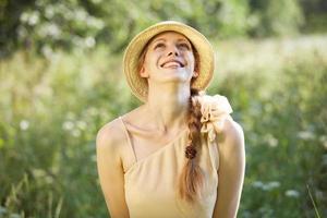 glad vacker ung kvinna foto