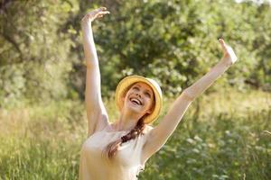 glad kvinna i ett tillstånd av extas foto