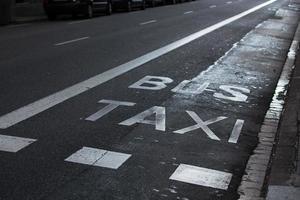 inskriptioner taxi och buss på vägbanan foto