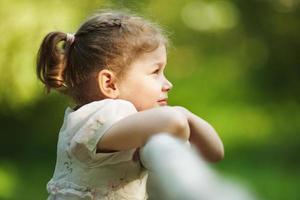 liten flicka tittar in i fjärran foto