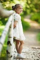 lilla vackra glada tjejen foto