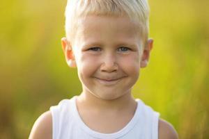 porträtt av en glad ung pojke foto