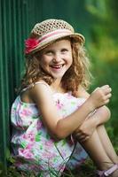 glad liten flicka skrattar glatt foto