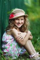 glad liten flicka i en stråhatt foto