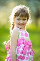 glad tjej i färgad sommarklänning foto