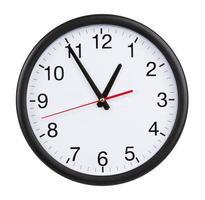 kontorsklockan visar fem minuter till en timme foto
