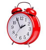 röd väckarklocka på vit bakgrund foto