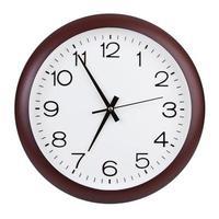 runda klockan visar fem minuter till sju foto