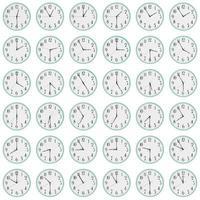 många klockor visar olika tid på urtavlorna foto