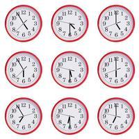 klockan visar tiden fem till sju foto