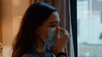 kvinna sätta på ansiktsmask foto