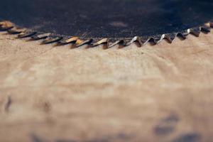 rund blad cirkelsåg på träbordets bakgrund foto