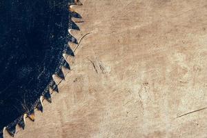 bladcirkelsåg på träbordets bakgrund foto