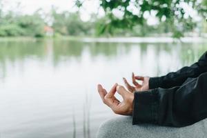kvinna som utövar yogalektion, andas, mediterar. foto
