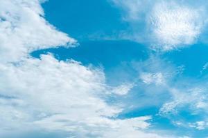 kopiera utrymme minimalt begrepp sommarblå himmel. foto