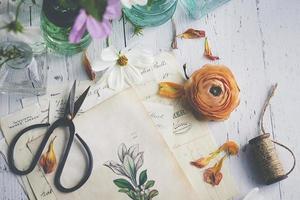 ovanifrån av blommor och vintage stil meddelandepapper foto