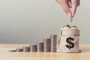 hand av man eller kvinna som lägger mynt i pengar väska foto