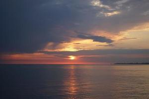 fantastisk solnedgång på havet. syn på dramatisk molnig himmel foto