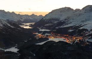 Sankt Moritz och Engadine -dalen i schweiziska Alperna i skymningen foto