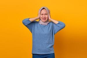 porträtt av attraktiv asiatisk kvinna som ser stressad och orolig ut foto