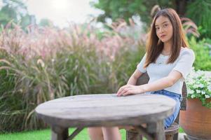 vackra kvinnors platser i parken foto