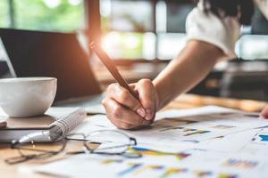 närbild av affärskvinna hand skriva sammanfattande rapport foto