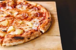 läckra hawaiianska och salami pizza paj matlagning ingredienser bacon tomater foto