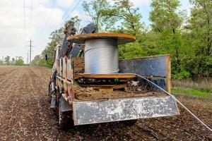 spole med högspänningskabel monterad på hjultruck foto
