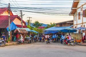 luang prabang, laos 2018- färgglada matmarknadsvägar gator stadsbilden i luang prabang laos foto