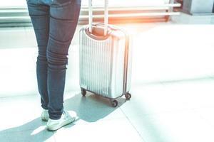 närbild kvinna och resväska vagn bagage på flygplatsen foto