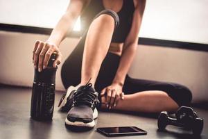 närbild kvinna träningspass i inomhus fitness gym foto
