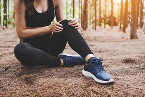 flickan har sportolycksskada i skogen utomhus foto
