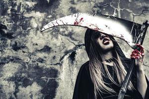demonhäxa slickar blod på skördaren foto