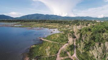 flygfoto över sjön längs skogen med drönare foto