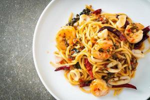 kryddig spaghetti skaldjur på tallrik foto