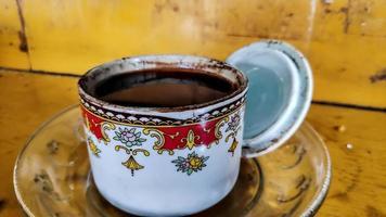 svart kaffe bryggs i små glaskoppar, redo att dricka. foto