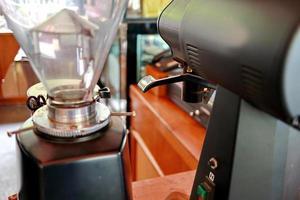 professionell kaffemaskin gör espresso. foto