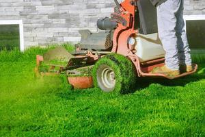 gräsklippare som klipper gräset foto