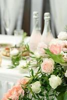 vackra blommiga kompositioner i restaurangen foto