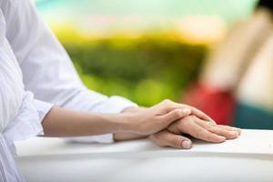 händerna på ett romantiskt par foto