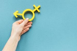hand som håller färgrik jämlikhetssymbol foto